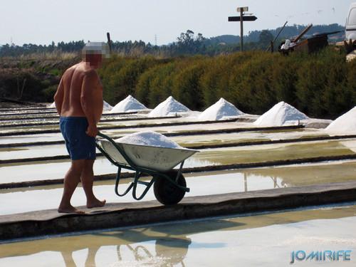 Salinas da Figueira da Foz (21) Carro de mão com sal [en] Salt fields of Figueira da Foz in Portugal