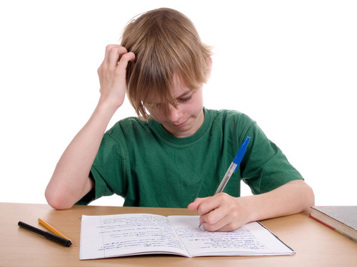 Rapaz a fazer os trabalhos de casa