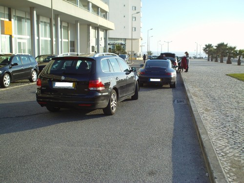 Muito máu estacionamento a 2 metros do passeio