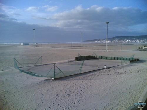 Campo de tenis cheio de areia por causa d temporal