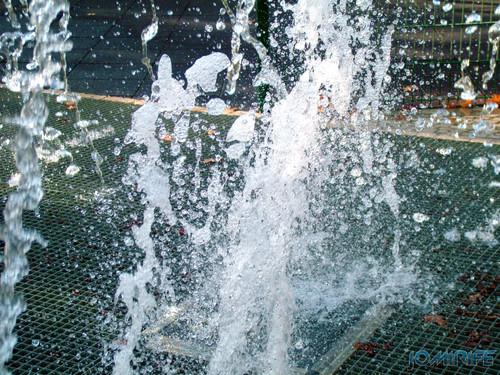 Explosão de água numa fonte [en] Water exploding on fountain