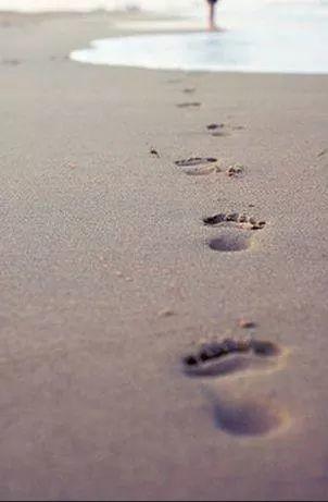 pegadas na areia.jpg