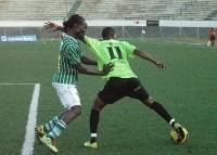 Com a bola no seu pé, Maurício sofre pressão de Jotamo