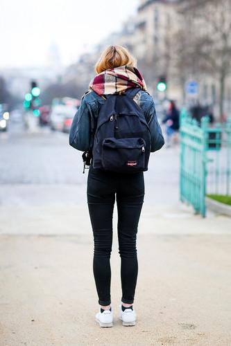 rapariga com eastpack.jpg