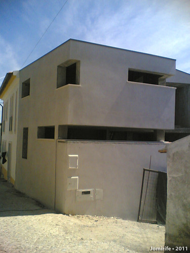 Casa em construção com janelas fora do normal