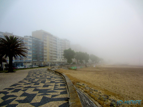 Figueira da Foz ao inicio do dia com nevoeiro - Prédios na Avenida 25 de Abril [en] Figueira da Foz in the morning with fog - Buildings in the 25 of April