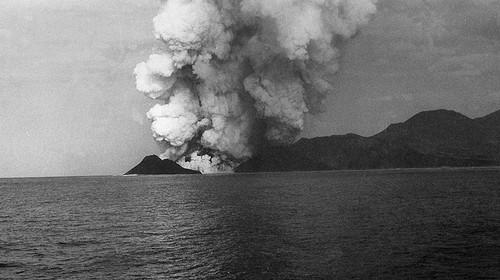 vulcão capelinhos.jpg
