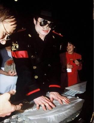 ... e que incluía também as impressões digitais do  Rei da Pop  foi  licitado este domingo por 26.864 euros na Catawiki  www.catawiki.pt michael  . 0930c64c025