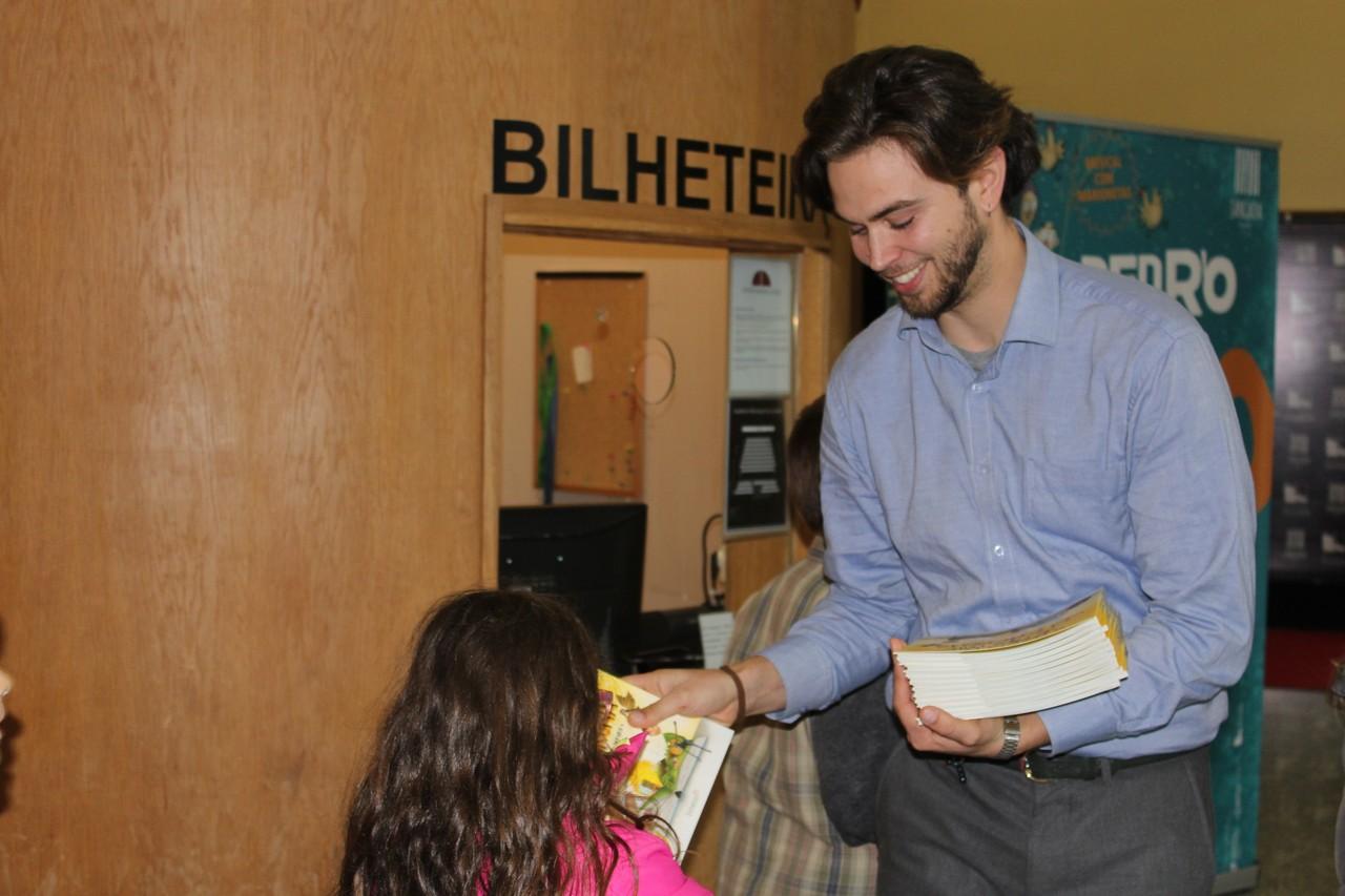 Filipe Pinto a distribuir livros pelas crianças.