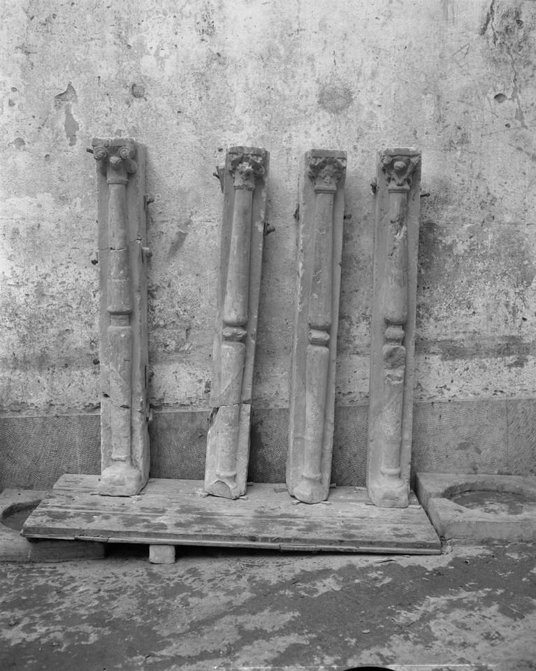 Capitéis e colunas retiradas da bica do Desterro,