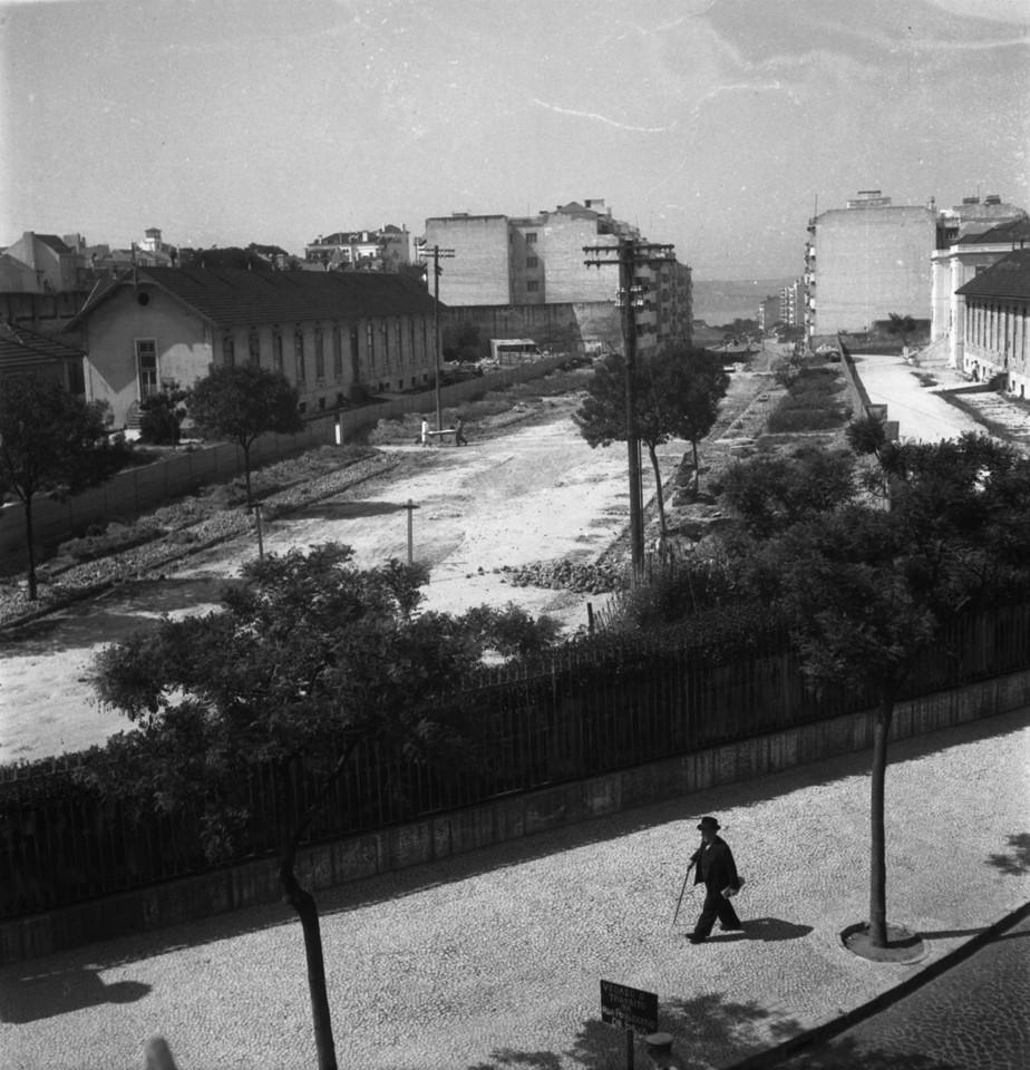Abertura da avenida Infante Santo, 1949, foto de J
