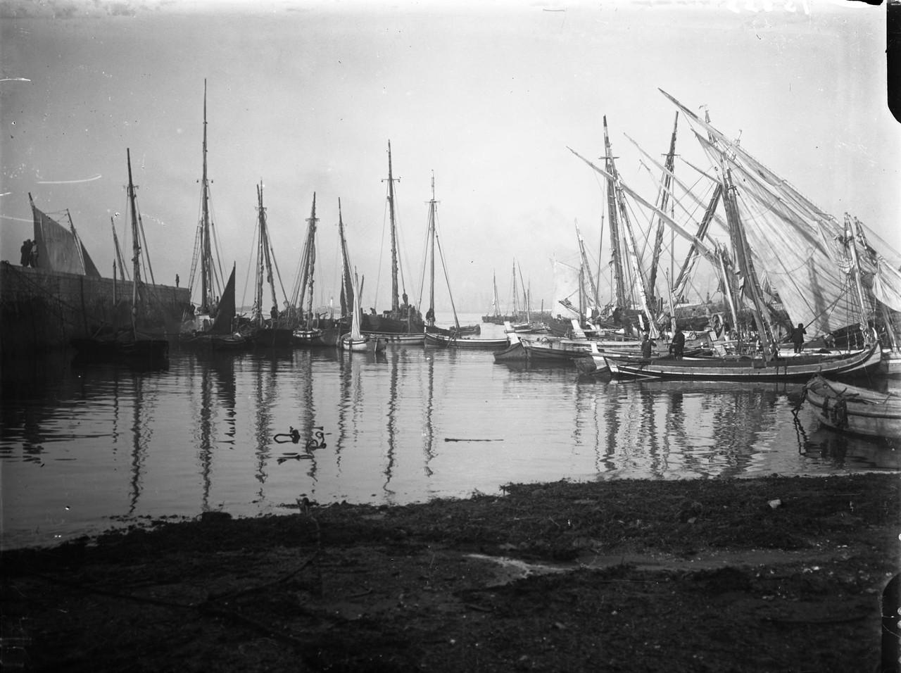 Embarcações no rio Tejo, foto de Chaves.jpg