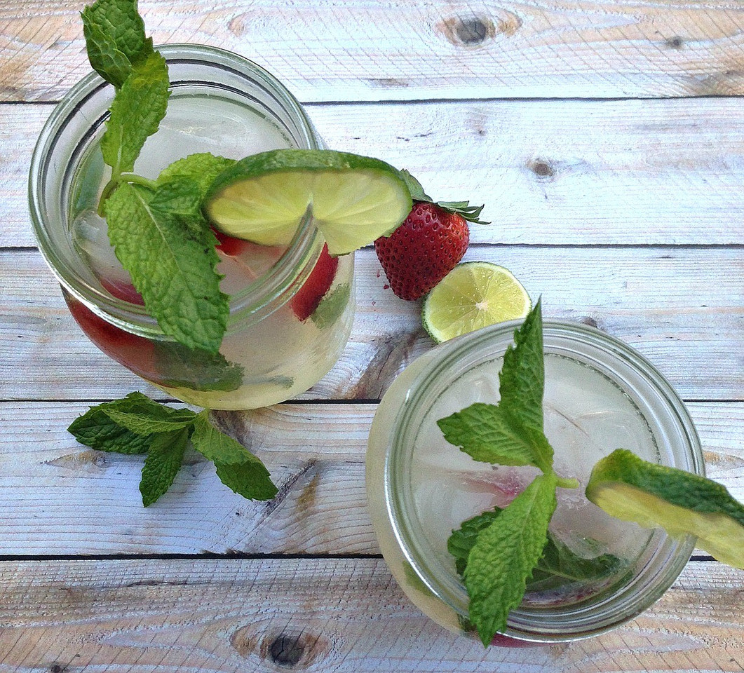 Summer-alcoholic-drinks-mint-vodka-lemonade.jpg