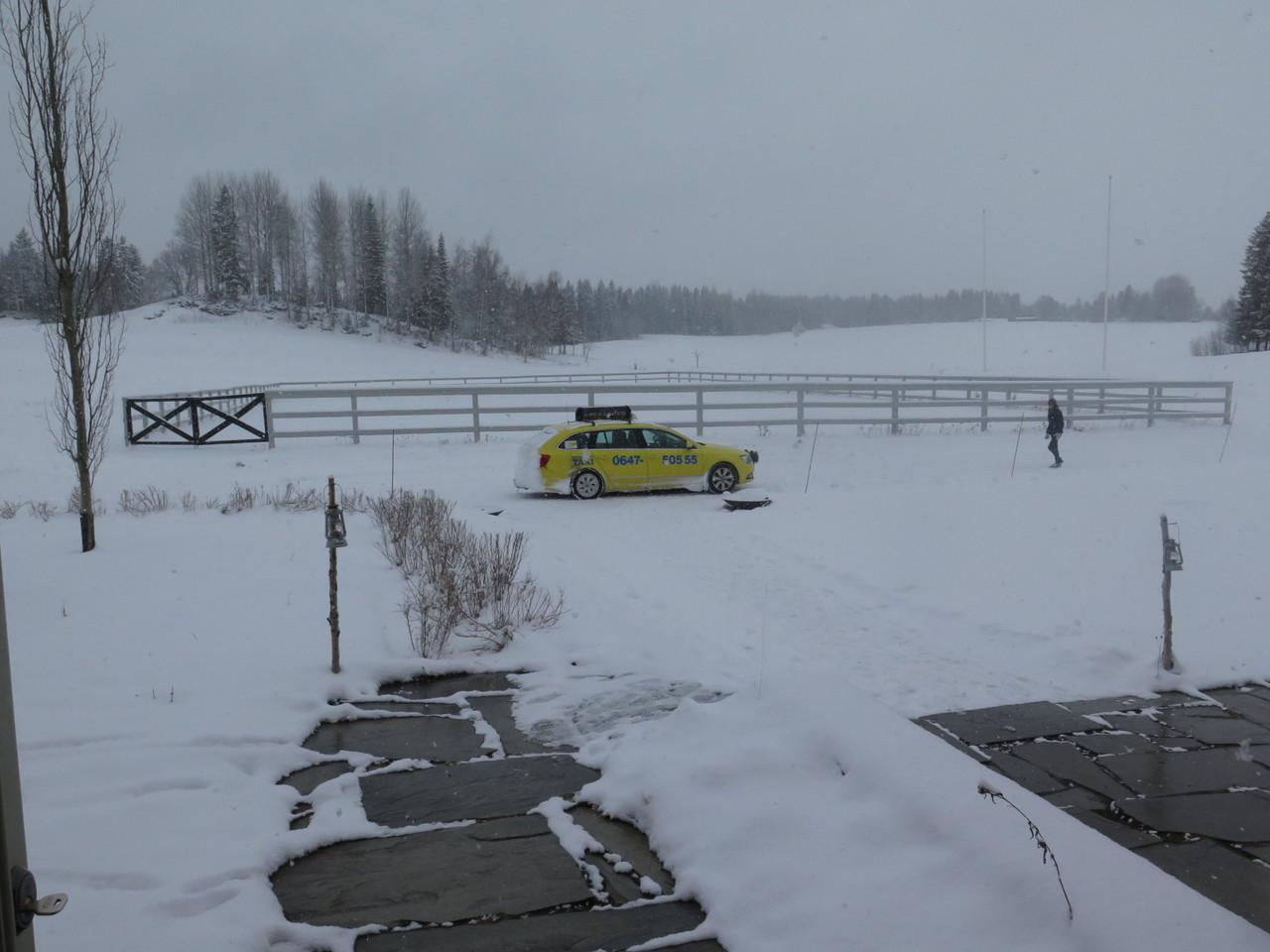 O táxi que nos veio buscar, visto da porta da entrada na ala residencial do FÄVIKEN