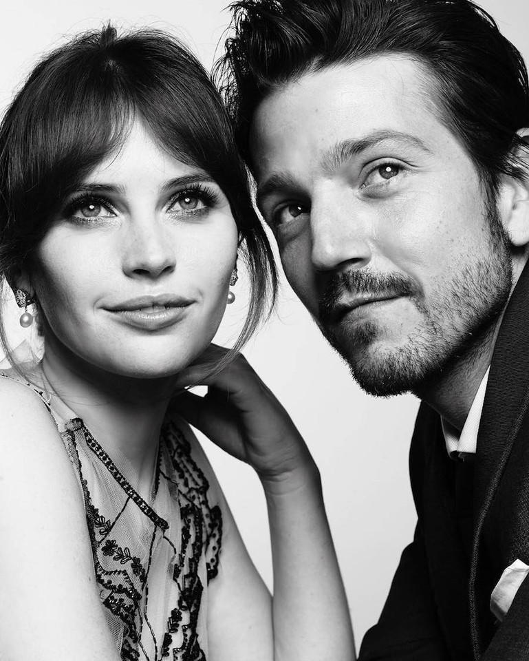 golden-globes-2017-felicity-jones-diego-luna.jpg