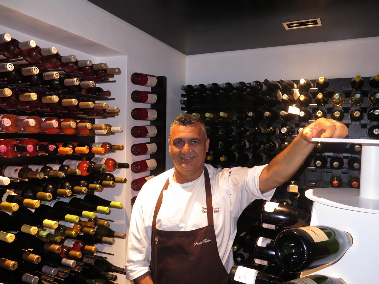 Leonel Pereira na segunda sala da garrafeira, junto a uma pirâmide para 150 garrafas de Champagne