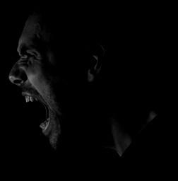 Hombre-gritando-con-trastorno-explosivo-intermiten