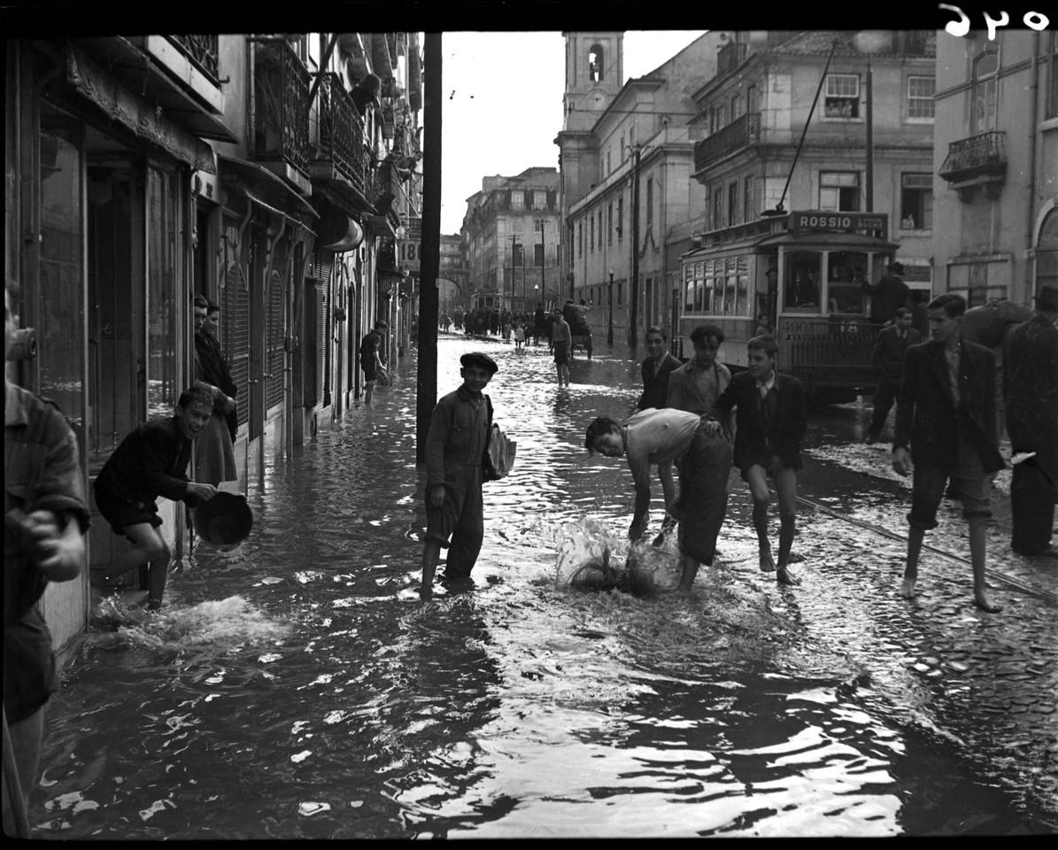 Inundações na Rua de S. Paulo, 18-11-1945, foto