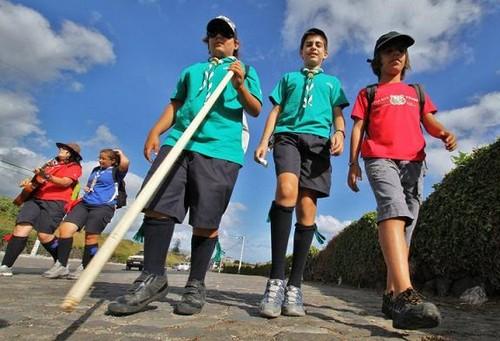 A juventude, em comunhão, caminhando até à Serreta...