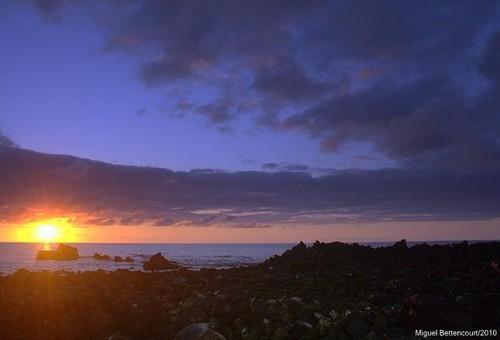 O sol a nascer no Porto Martins...é daqui a bocadinho.