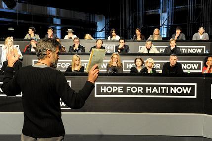 """George Clooney orienta a bancada de famosos numa das acções """"Hope for Haiti Now""""..."""